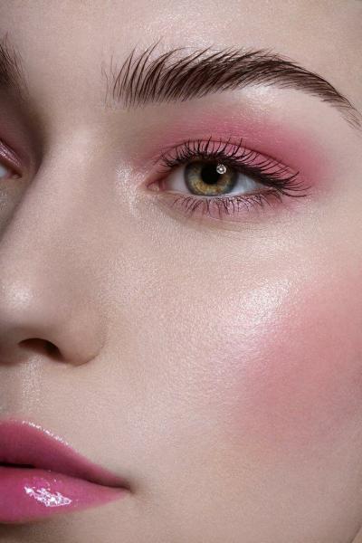 Почему румяна незаменимы в базовой косметичке