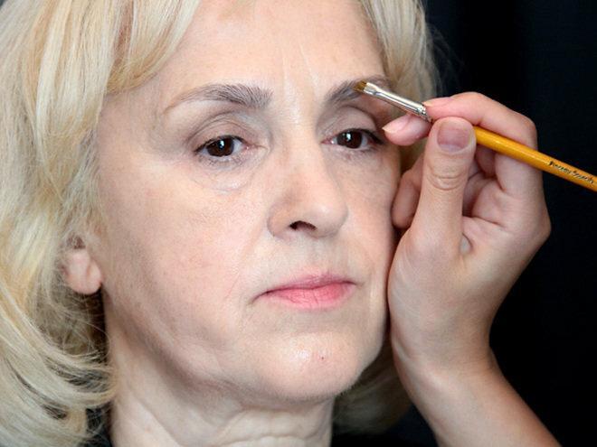 Нехитрый макияж для женщины 60 лет