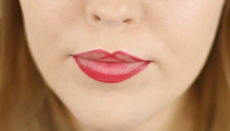 Секрет нанесения помады, чтобы сделать губы более пухлыми