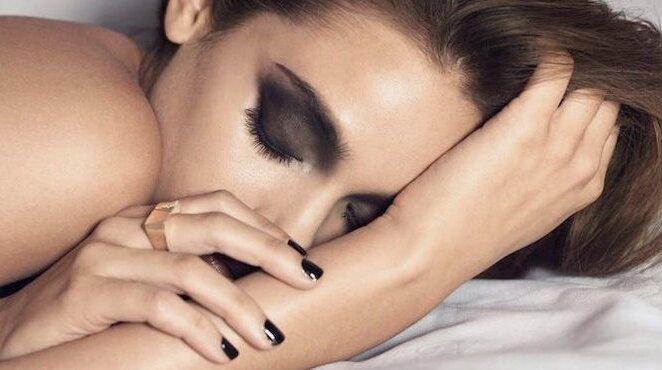 3 причины никогда не ложиться спать в макияже