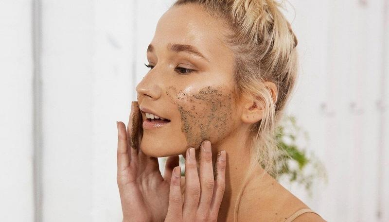 Уход за жирной кожей лица: салонные процедуры и советы