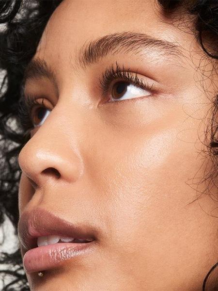 Можно ли наносить тональный крем подглаза вместо консилера — спросили экспертов