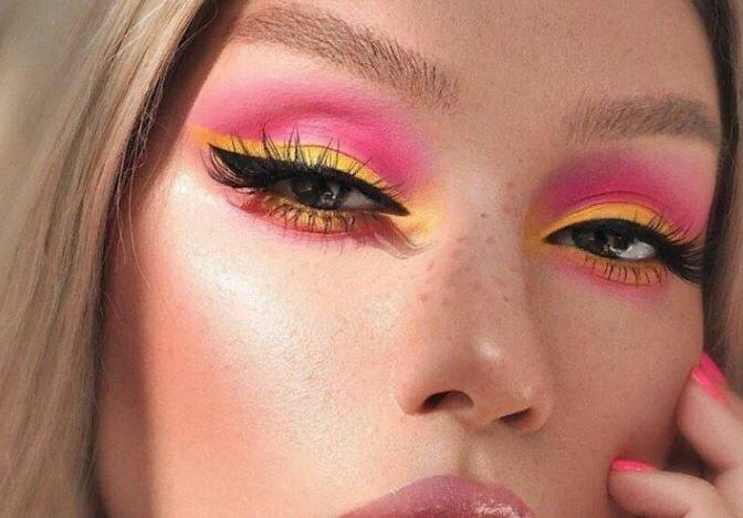 Фиолетовый и много блесток. Осенний макияж 2021 года. Безумные и вполне носибельные тренды