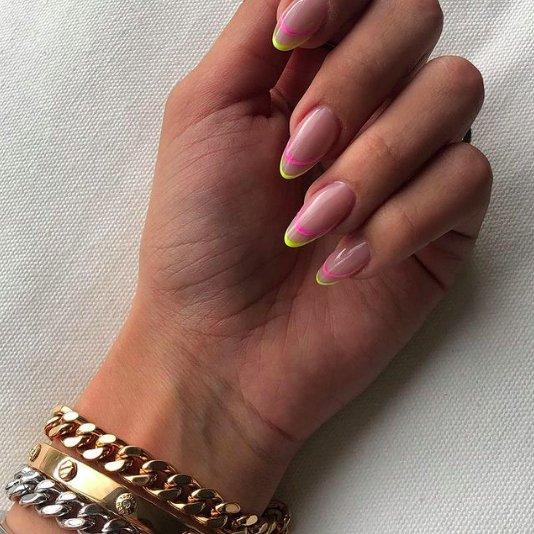 Френч на миндалевидных ногтях